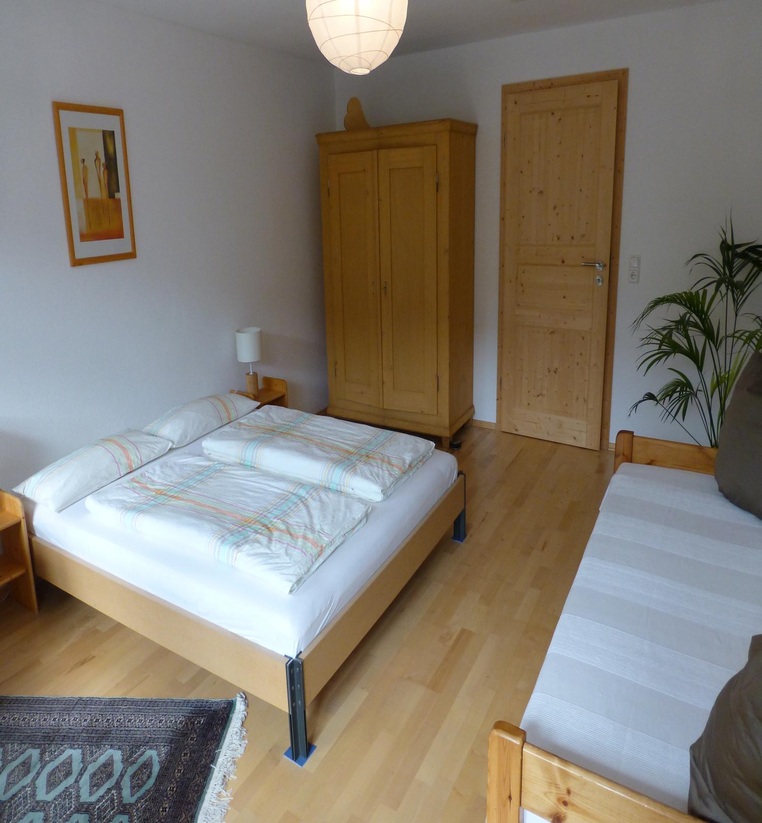 modernes schlafzimmer mit holzboden. Black Bedroom Furniture Sets. Home Design Ideas